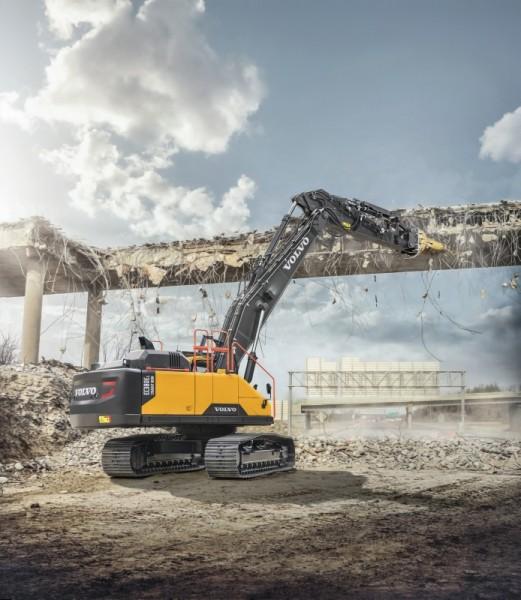 La flèche droite transforme la Volvo EC380E de 38 tonnes en un formidable outil de démolition