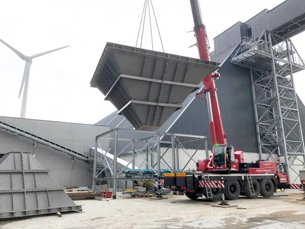 Monteren van transportbanden en stortbunkers in de gloednieuwe cementfabriek in de Gentse haven